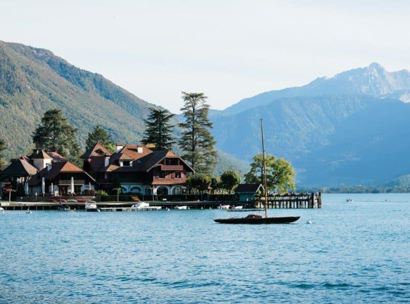 Auberge du Père bise vue depuis le lac d'Annecy
