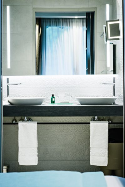 double vasque dans la salle de bain