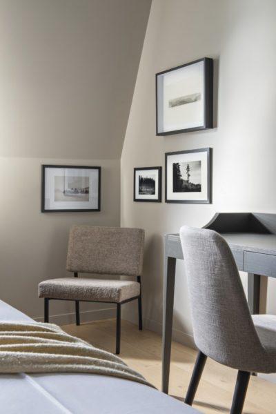 fauteuil et bureau, chambre d'hôtel