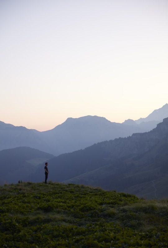 Jean Sulpice devant des montagnes de savoie