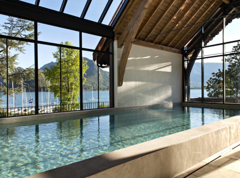piscine du spa avec vue sur le lac d'Annecy