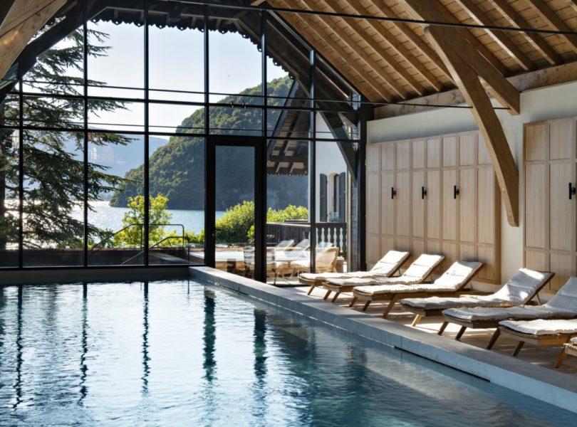 piscine spa de l'hôtel de luxe au bord du lac