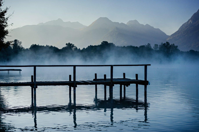 ponton dans la brume lac annecy
