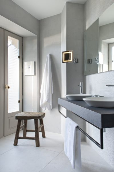 salle de bain d'une chambre classique