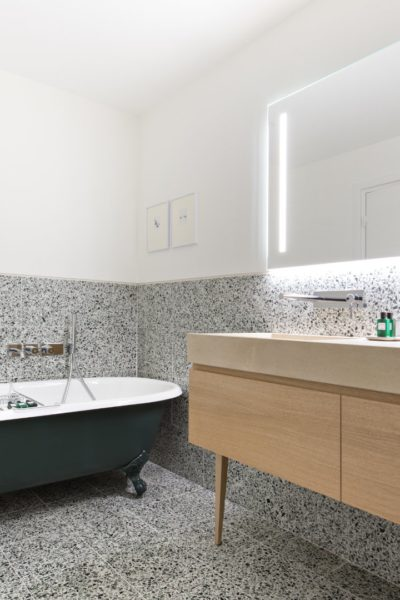 salle d ebain avec baignoire