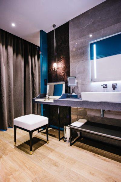 grande salle de bain de la suite de luxe