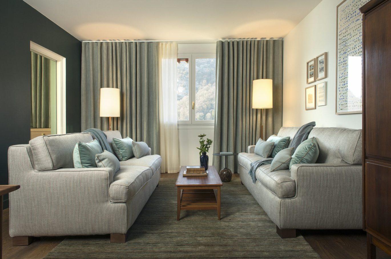 Salon avec deux canapés dans la suite
