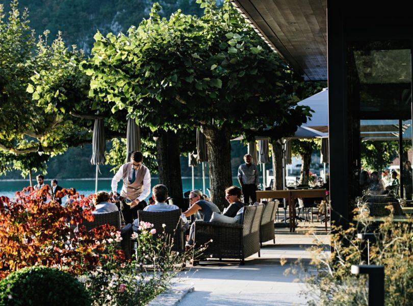 terrasse de l'hôtel 5 étoiles au bord du lac