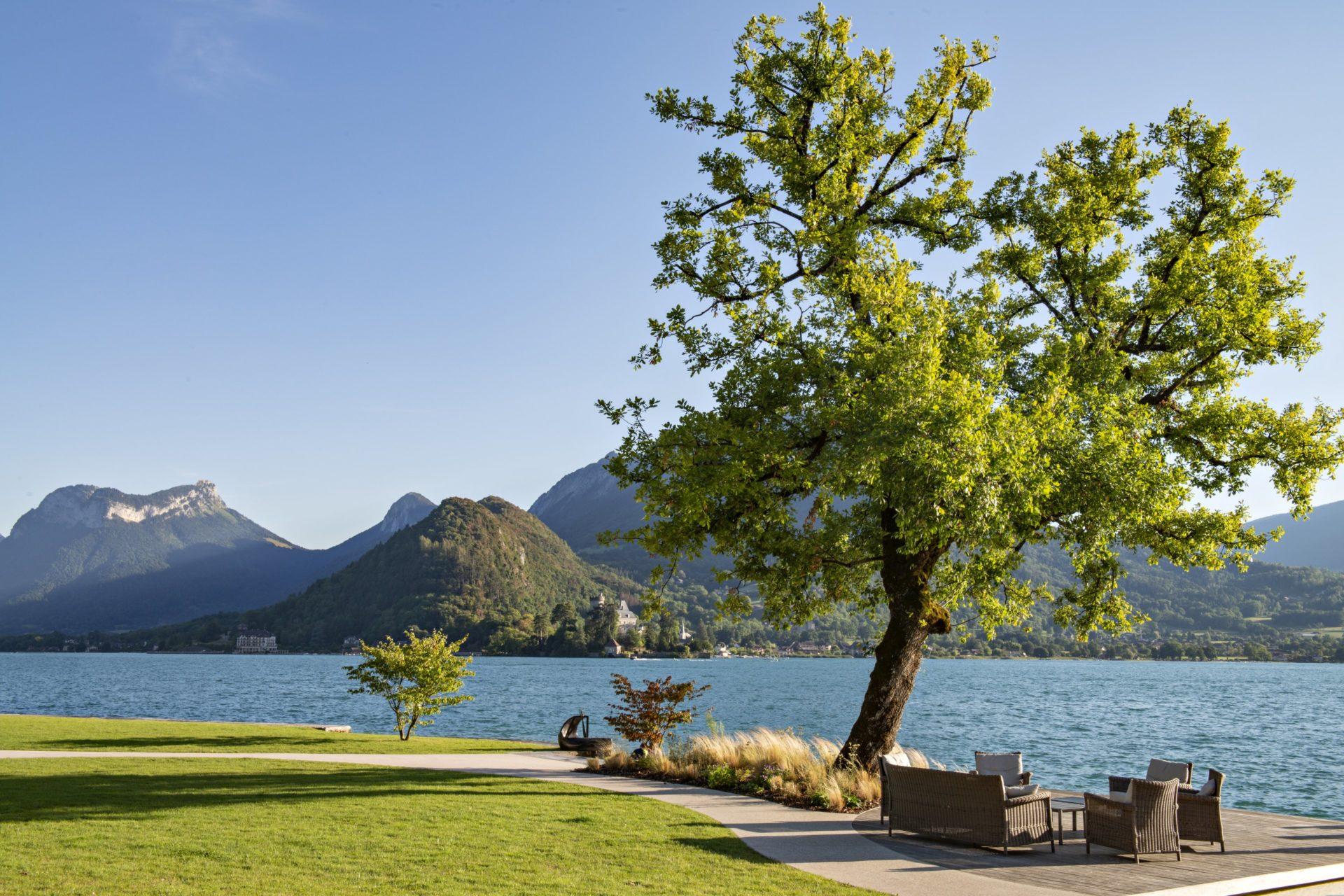 terrasse de l'hôtel de luxe au bord du lac