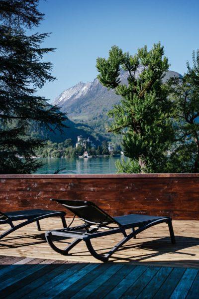 terrasse privative en bois avec vue lac d'Annecy