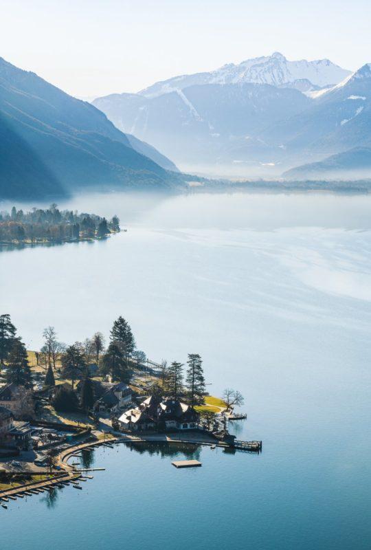 vue aérienne Auberge du Père Bise, lac et montagnes