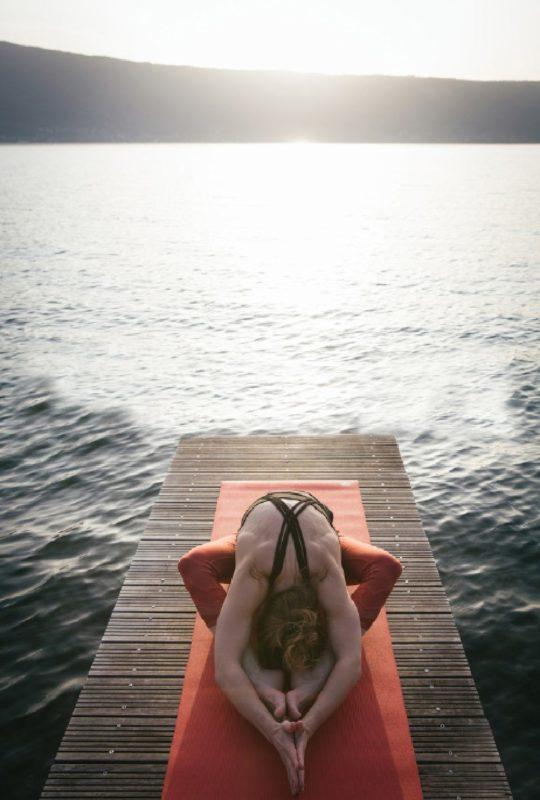 Séance de Yoga au bord du lac d'Annecy